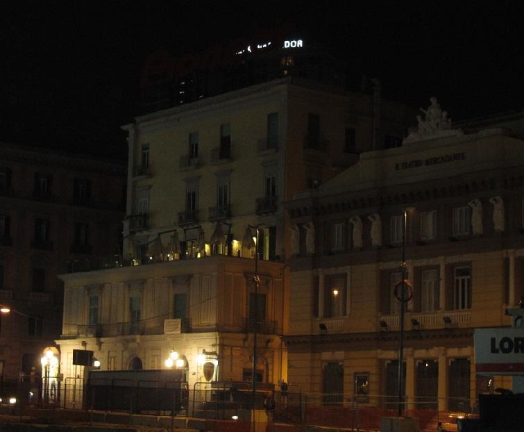 гостиница. Здание слева – с кафе-террасой