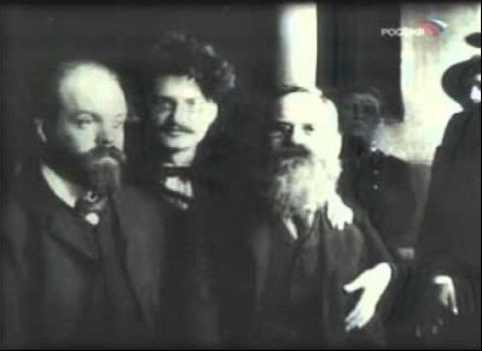 Парвус и Троцкий в 1905 году в Петербурге. Справа Дейч, тоже хороший человек – начал с того, что проломил затылок подозрительному партайгеноссе, а затем облил его череп серной кислотой.